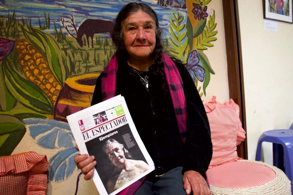 Ana del Carmen con la publicación que hicieron sobre su trabajo en El Espectador.